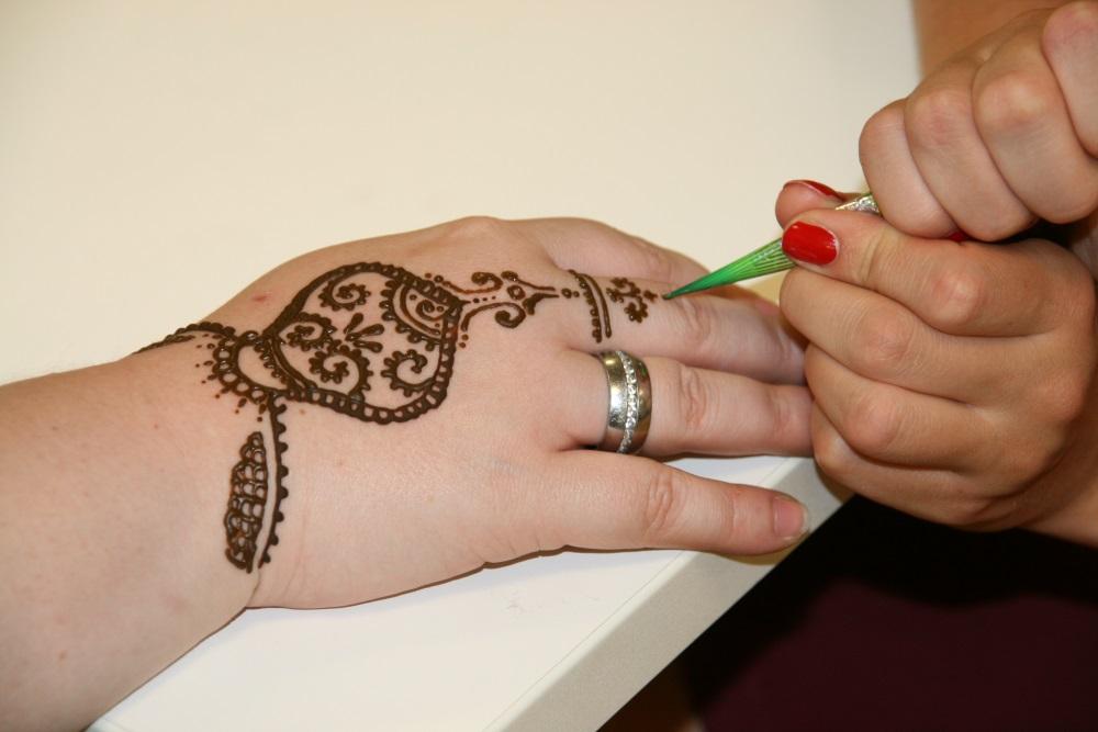 Beim Erstellen eines Henna-Tattoos